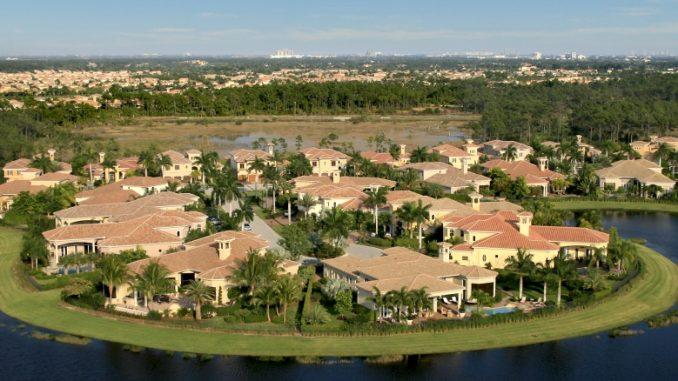 Eine Wohnsiedlung in Florida mit Villen