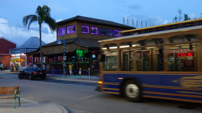 Fort Myers Beach Trolley Bus bei Nacht